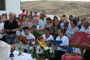 Coro del barrio de la ermita en la última misa de los emigrantes celebrada en la ermita en el mes de agosto. FOTO: F. H.
