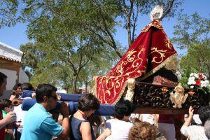Momento de la procesión del domingo por la ermita. FOTO: FRAN HORRILLO