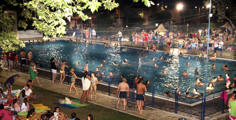 La fiesta del agua se celebra esta noche en la piscina de for Fiesta de piscina