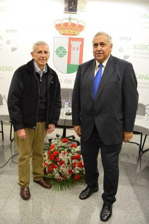 Pepe Rodríguez y Antonio Ventura Díaz, anoche, con el escudo de Campanario al fondo. FOTO: FRAN HORRILLO