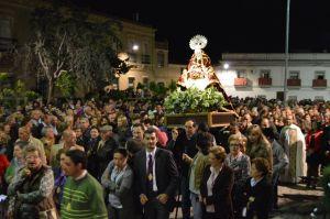 La Virgen de Piedraescrita, anoche, tras su llegada a Campanario y arropada por los campanarienses. FOTO: FRAN H.